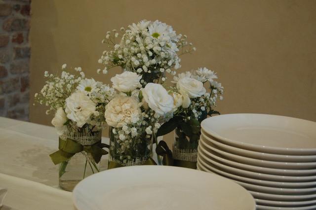 Addobbi floreali bianchi a Casa Tormene