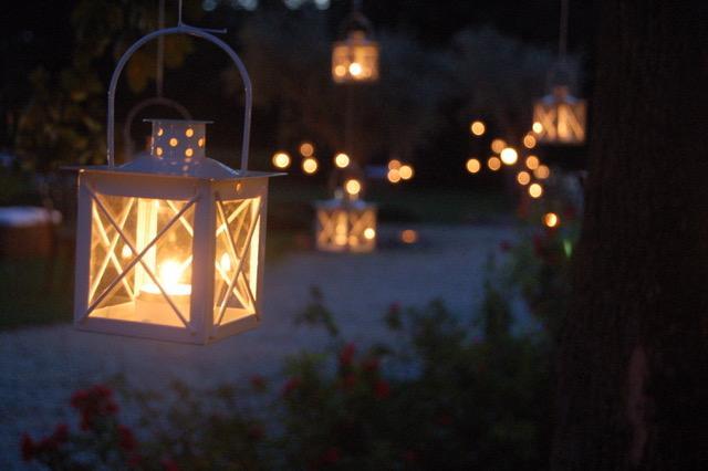 Allestimento con lanterne a Casa Tormene