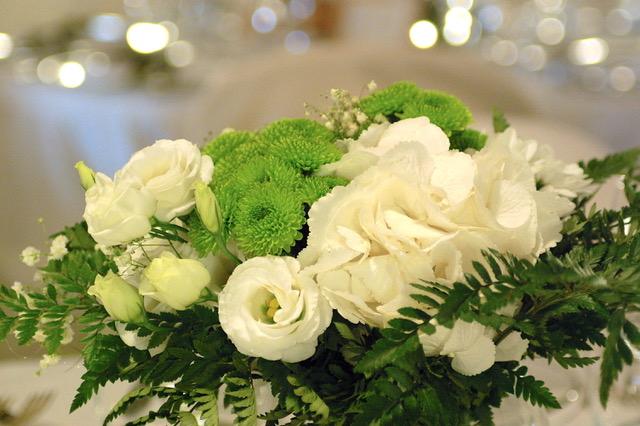 centrotavola fiori bianchi e verdi